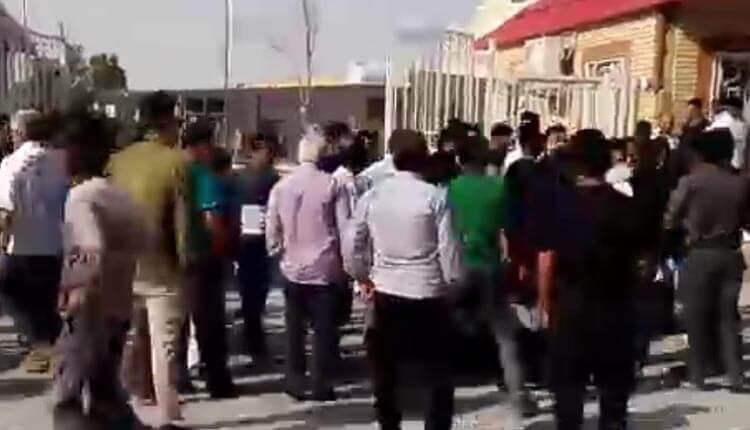 تجمع اعتراضی کارگران درعدم پرداخت حقوق معوقهشان در آبادان