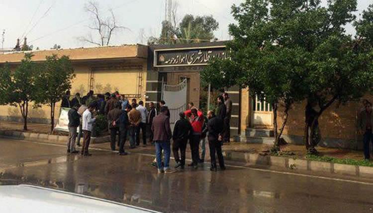 تجمع اعتراضی کارگران قطار شهری اهواز در اعتراض به اخراج و دریافت نکردن دستمزد