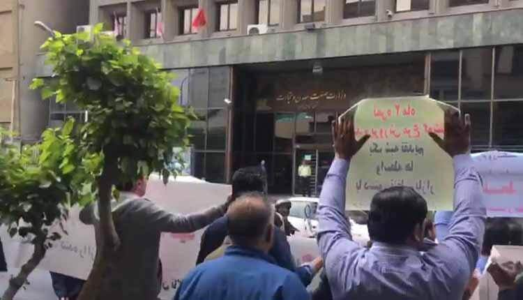 مرغداران گوشتی روبروی ساختمان وزارت صنعت تجمع اعتراضی برگزار کردند