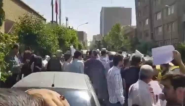 تجمع اعتراضی خریداران برلیانس و ساندرو روبروی ساختمان وزارت صمت