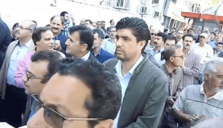 تجمع اعتراضی معلمان مشهد در جلوی ساختمان اداره آموزش و پرورش مشهد