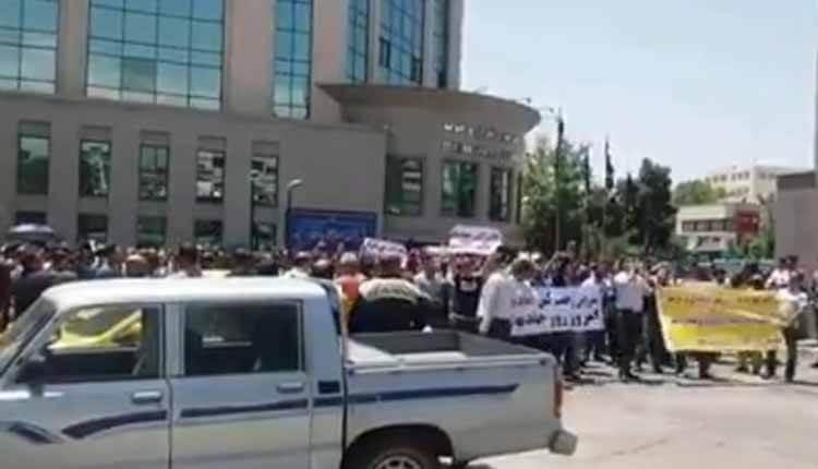 کارمندان مترو در تهران در مقابل ساختمان مرکزی کالج دست به اعتراض زدند