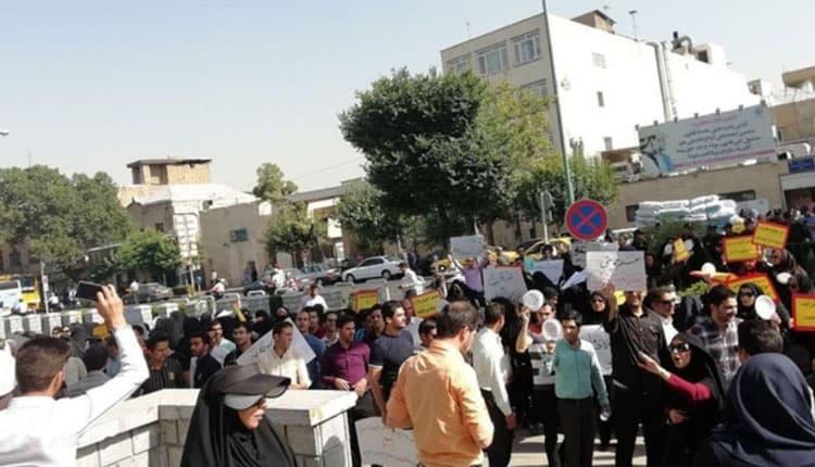 تجمع اعتراضی معلمان خرید خدمتی مقابل مجلس