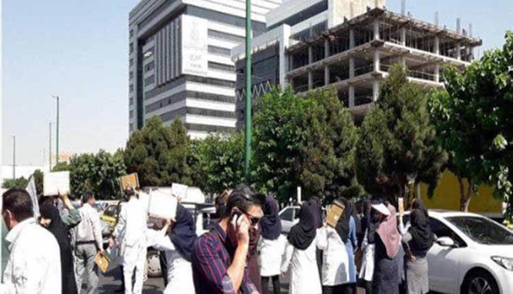 دومین روز تجمع پرسنل بیمارستان موسوم به خمینی در کرج