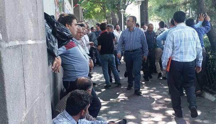 دستفروشان محروم در مقابل فرمانداری رژیم در تبریز تجمع اعتراضی برگزار کردند