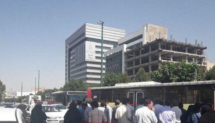 تجمع پرسنل بیمارستان موسوم به خمینی و مسدود شدن خیابان در کرج