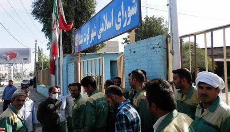 کارگران شهرداری کوت عبدالله اهواز در مقابل ساختمان شورای شهر تجمع کردند