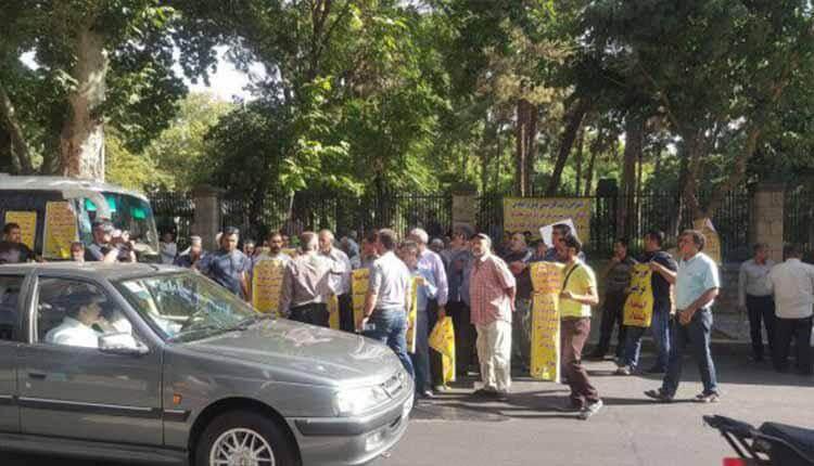 رانندگان مینیبوس در تهران نسبت به پرداخت عوارض مقابل شورای قلابی شهرتجمع کردند