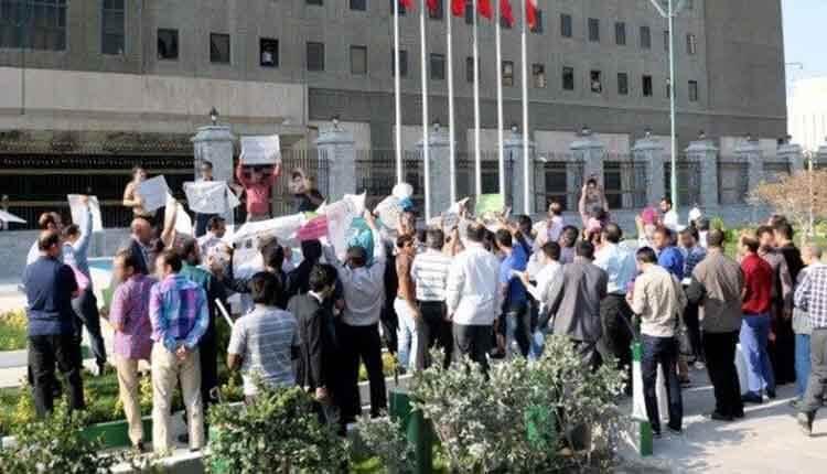 تعدادی از کارکنان شرکت های سهام عدالت تجمع اعتراضی برگزار کردند