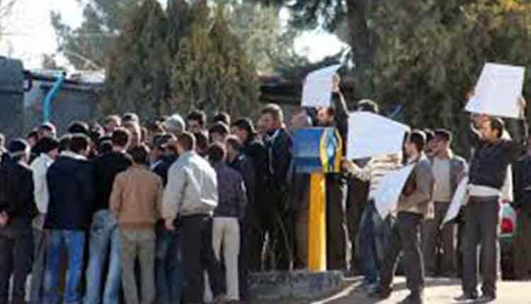 تجمع احتجاجي لعمال متعاقدين مطالبين برفع التمييز