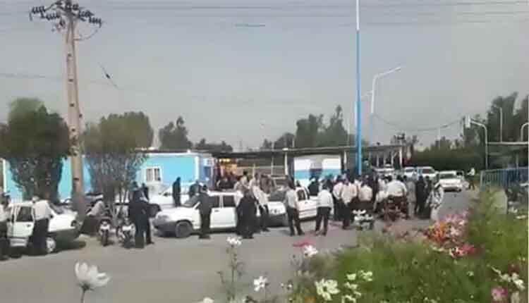 کارگران پتروشیمی ماهشهر در اعتراض به عدم تبدیل وضعیت خود تجمع اعتراضی برگزار کردند