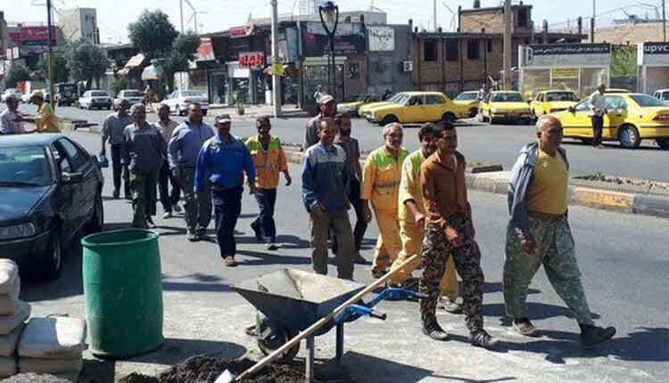 کارگران فضای سبز شهرداری منجیل تجمع اعتراضی برگزار کردند