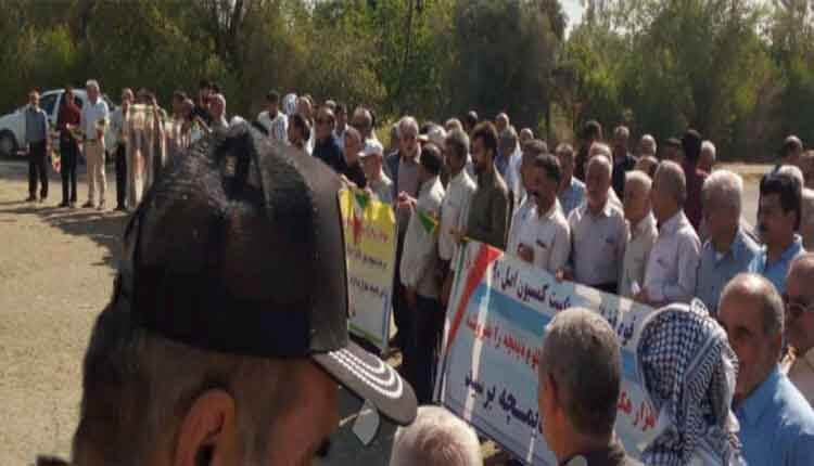 تجمع اعتراضی مردم مقابل کشت و صنعت کارون شوشتر