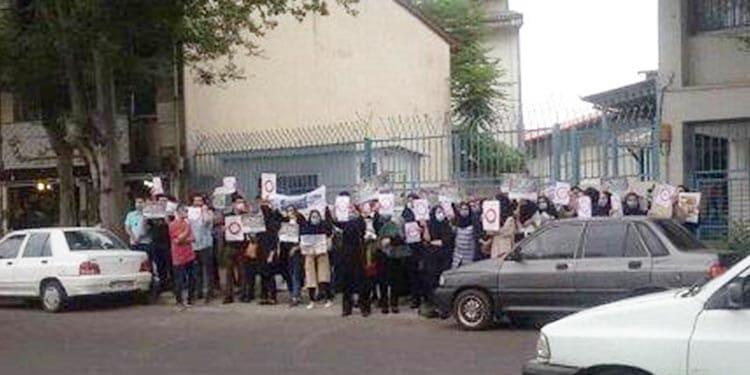 تجمع اعتراضی پرستاران گیلانی در اعتراض به وعدههای محقق نشده