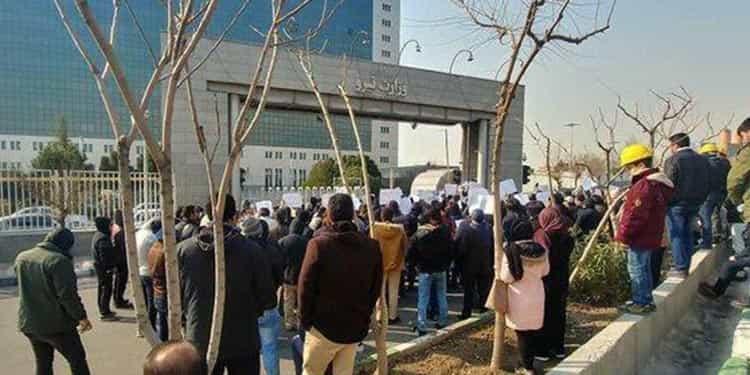 تجمع کلاه زردها مقابل برق منطقه ای استان تهران