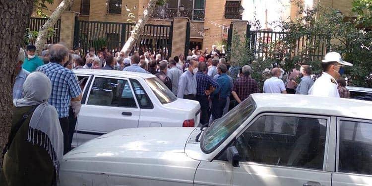 تجمع بازنشستگان در اصفهان در مقابل اداره کل تامین اجتماعی