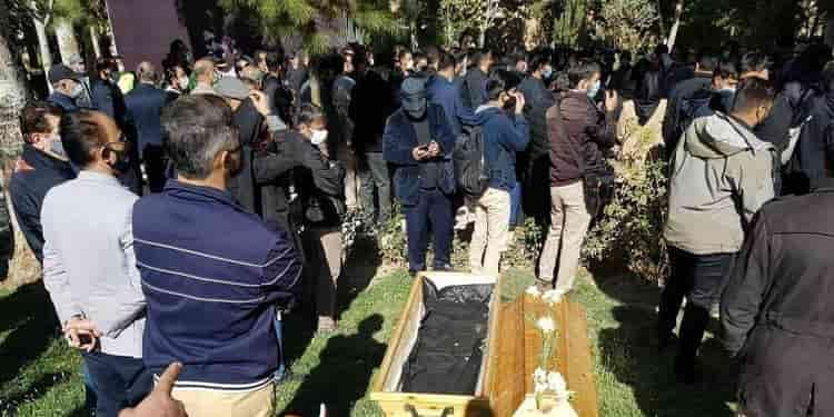 خسرو آواز ایران شجریان در میان بغض و اشک مردم ایران به خاک دوست سپرده شد